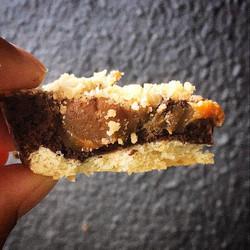 Biscoito, ganache pasta amendoim e caramelo