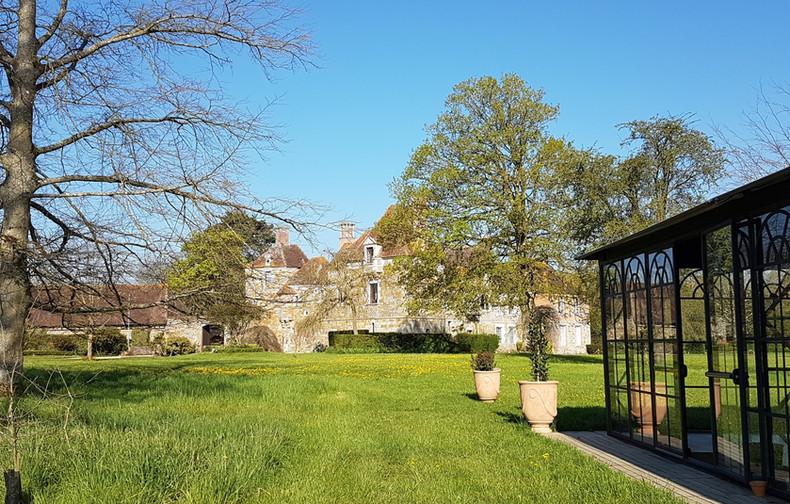 vue du palais de verre sur le château