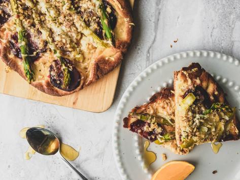 Pain plat asperges, betteraves et mozzarella de chèvre