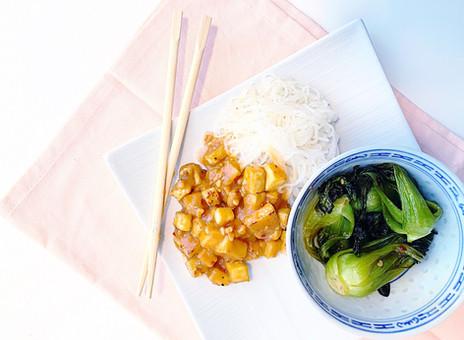 Tofu à l'arachide sur nouilles de konjac & bébé bok choy