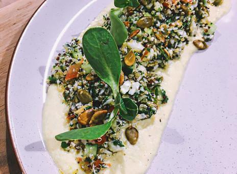 Taboulé de chou-fleur, quinoa, tomate et concombre, avec hummus cru aux courgettes