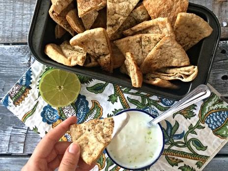Chips de pita maison avec sauce au yogourt et à la lime