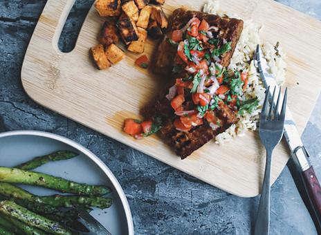 Steaks de tempeh & sauce vierge aux tomates et à la coriandre