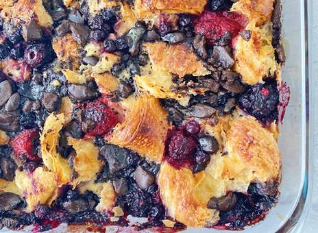 Pouding au pain, petits fruits & chocolat noir - à base de croissants
