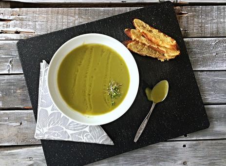 Potage au brocoli, poireaux et citron accompagné de croûtons au cheddar fort
