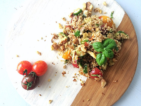 Salade de quinoa, concombre, tomates, noix de Grenoble & basilic.