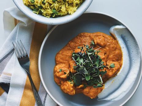 Tempeh en sauce tomate, citrouille, coco et cari avec riz au cari et yogourt à la lime