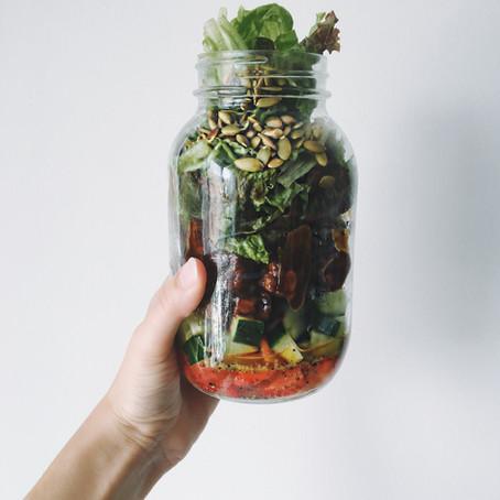 Salade en pot de tempeh balsamique, fraises et concombre