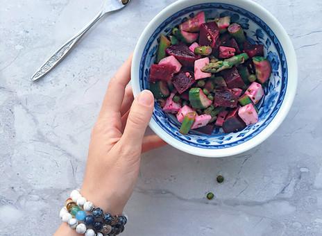 Salade printanière de betteraves, asperges, fêta et petits pois.