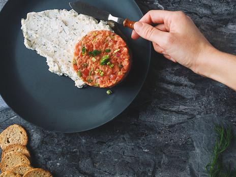 Tartare de tomates (style tartare de boeuf) & tartinade fêta, citron, aneth.