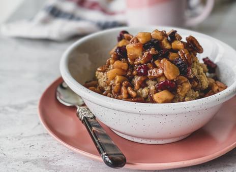 Gruau au quinoa, pommes, pacanes, canneberges et cannelle