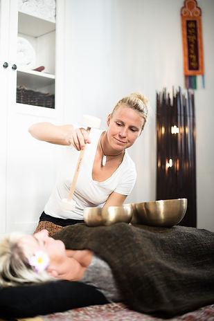 Luise Seegers Klangmassage, Schwingungen, tiefreichende Massageform, Klangtherapie, Klangmeditation, Selbstheilung, Blockaden,