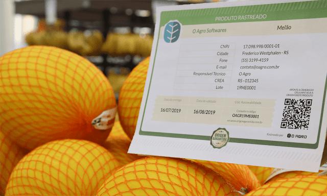 A foto mostra melões e um certificado de rastreio.