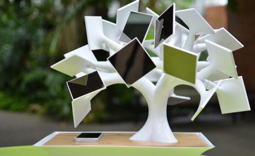 A foto mostra um carregador de celular que funciona com pequenos painéis solares.