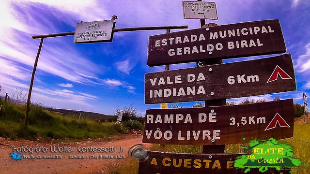 A placa indica a direção da Estrada Municipal Geraldo Biral, Vale da Indiana e Rampa de Voo Livre.