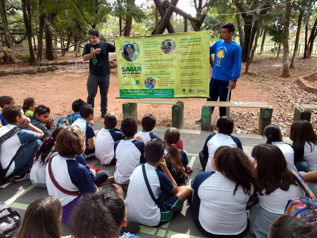 Crianças assistem a aula do biólogo do zoológico com a campanha: Eu curto sagui, ele lá, eu aqui.