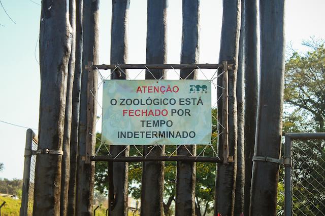 A imagem mostra os dizeres: Atenção o zoológico está fechado por tempo indeterminado.