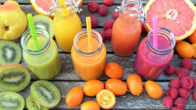 A foto mostra suco de kiwi, tomate e laranja com framboesa.