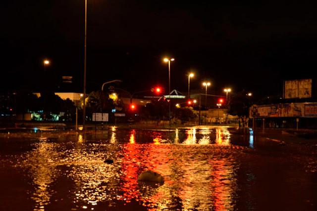 Rua alagada em Bauru durante a noite
