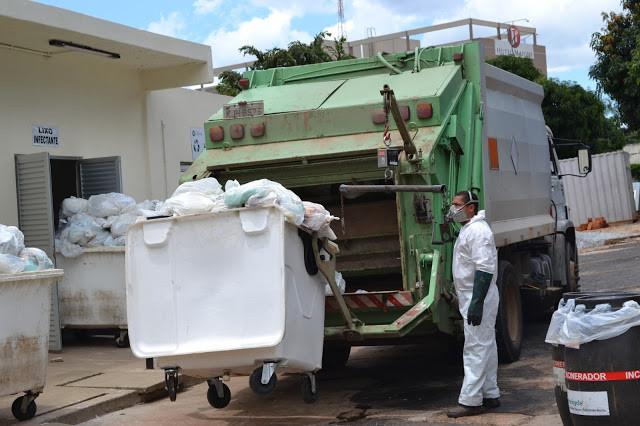 Lixo sendo recolhido por caminhão