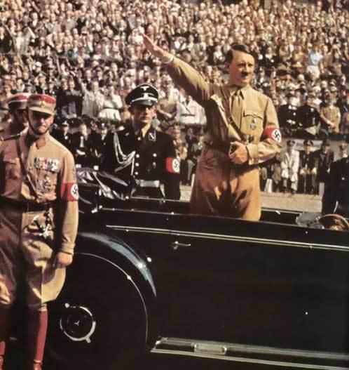 Hitler faz a saudação nazista em uma passeata com apoiadores