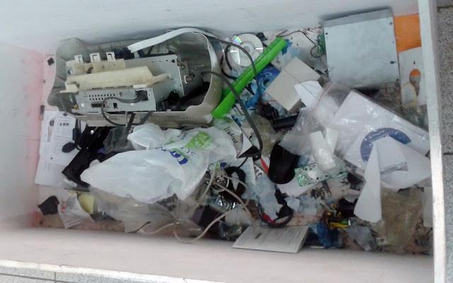 A foto mostra vários equipamentos eletrônicos descartados.