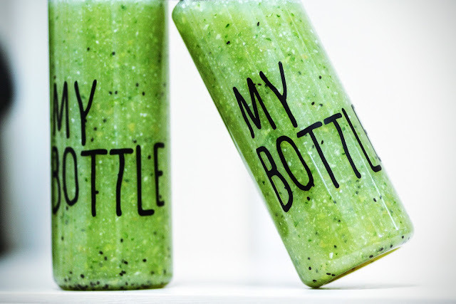 Garrafas com suco verde