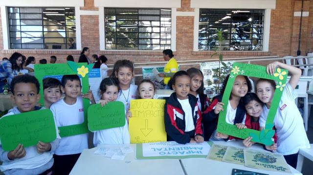 Crianças interagem e sorriem para a foto durante a SIMAB.
