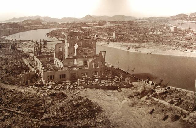 A cidade destruída depois ser atingida pela bomba