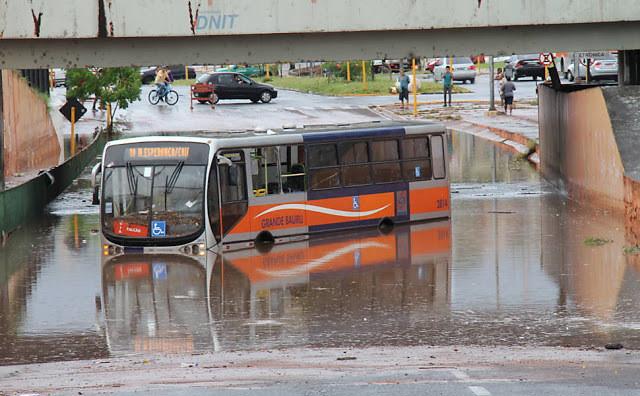 Ônibus fica ilhado com tanta água na avenida Nações Unidas