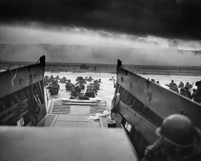 Soldados desembarcam na Normândia