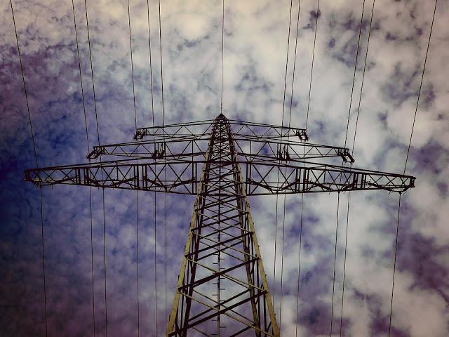 A foto mostra uma torre de energia.