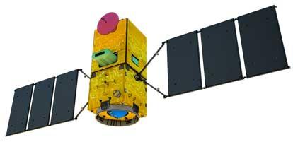 A imagem mostra a foto do primeiro satélite 100% brasileira. Ele é de forma quadrada tridimensional amarela, com placas pretas de cada lado.