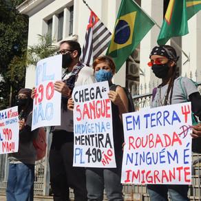 Manifestantes se reúnem contra o PL 490 em Bauru