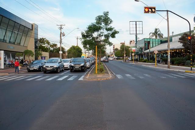 A foto mostra carros parados no semáforo na avenida Getúlio Vargas.