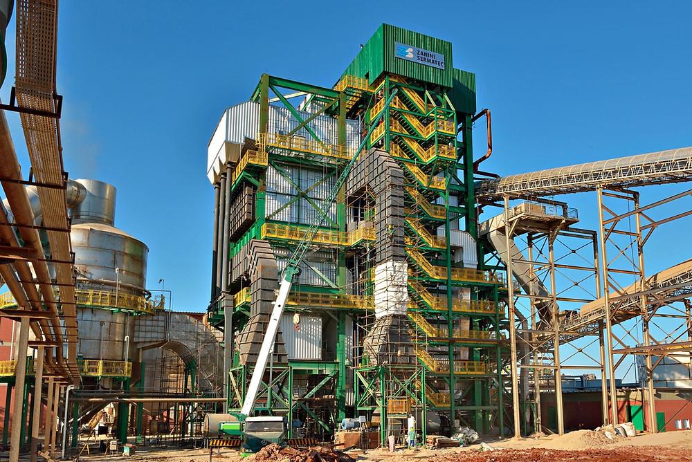 A foto mostra uma máquina que produz etanol