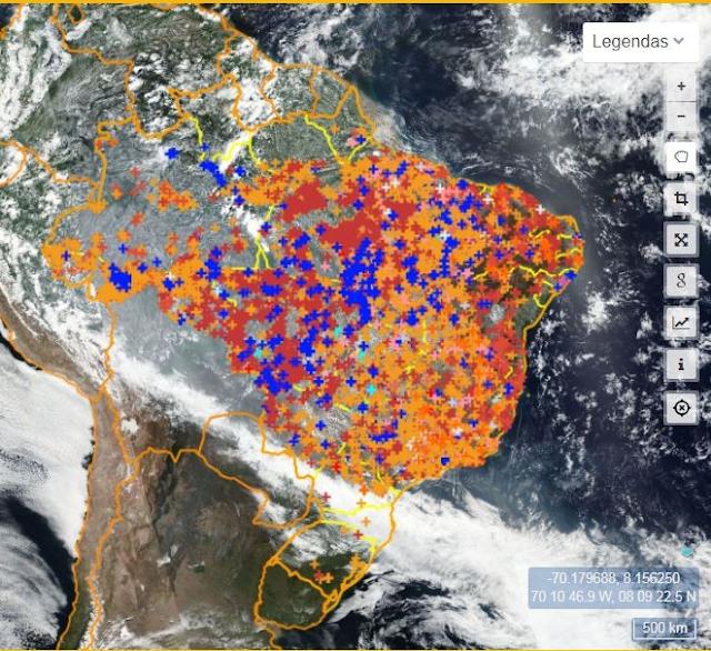 A imagem mostra uma visão de satélite. Mostra a América do Sul, tendo o Brasil sido contornado. No Brasil tem vários pontinhos azuis, vermelhos e laranjas espalhados que indicam focos de queimadas. A maioria dos focos estão na região Nordeste, Norte e Centro-Oeste.