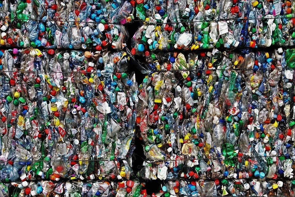 A foto mostra grandes pacotes lixo plástico compactado
