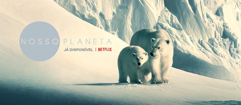 A foto mostra uma mãe ursa polar e seu filhote numa montanha de neve. Ao lado está escrito Nosso planeta, já disponível na Netflix.