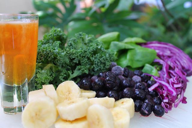A foto mostra banana, mirtilo e brocólis.