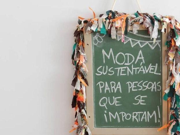 """A foto mostra uma mensagem escrito em uma pequena lousa. """"Moda sustentável para pessoas que se importam!"""""""