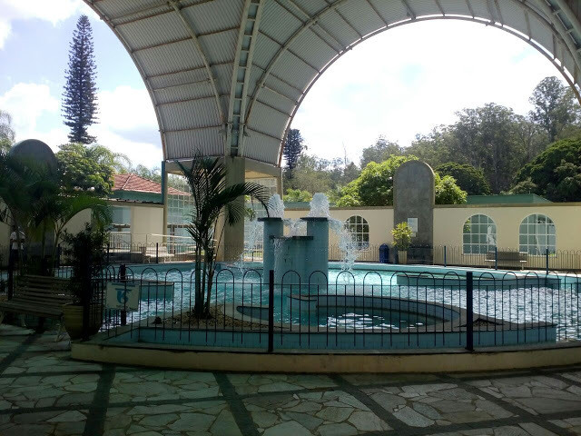 A foto mostra as águas em fontes termais