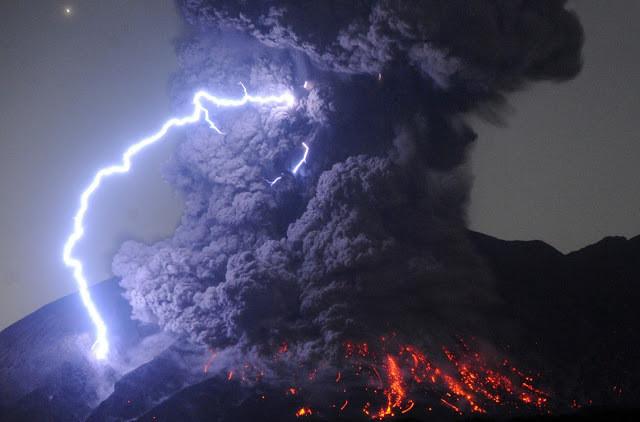 A foto mostra uma erupção vulcânica e um raio caindo nessa erupção.