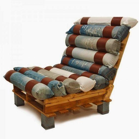 Cadeira feita com jeans velhos.