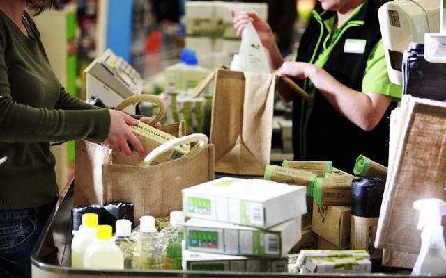 Pessoas compram produtos no mercado.