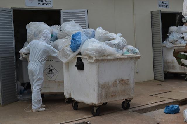 Lixeiras lotadas de lixo hospitalar