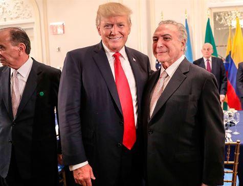 Trump e Temer posando juntos durante jantar nos Estados Unidos