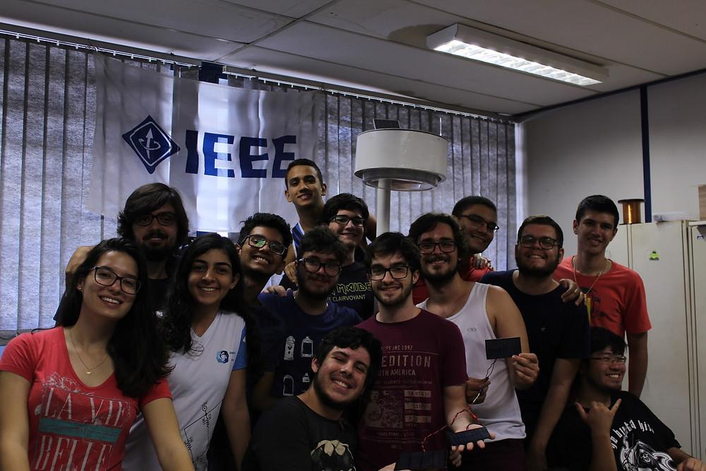 Estudantes reunidos e sorrindo para a foto.