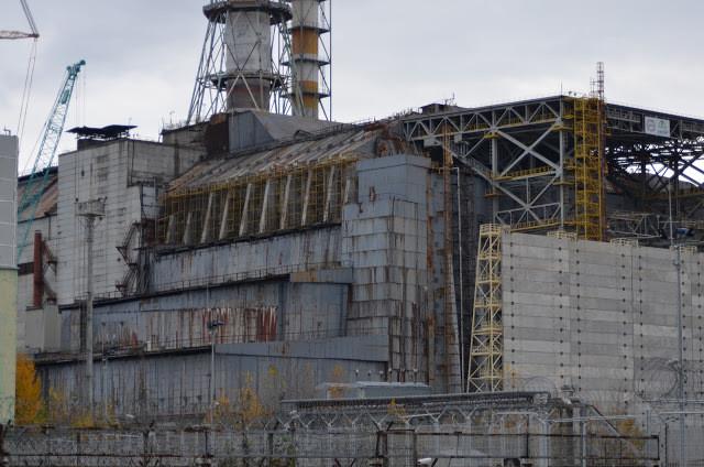 A foto mostra a usina abandonada. O metal está todo corroído.