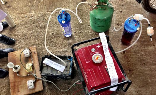 A foto mostra uma bateria, com sistemas conectados nela. Para produzir energia.